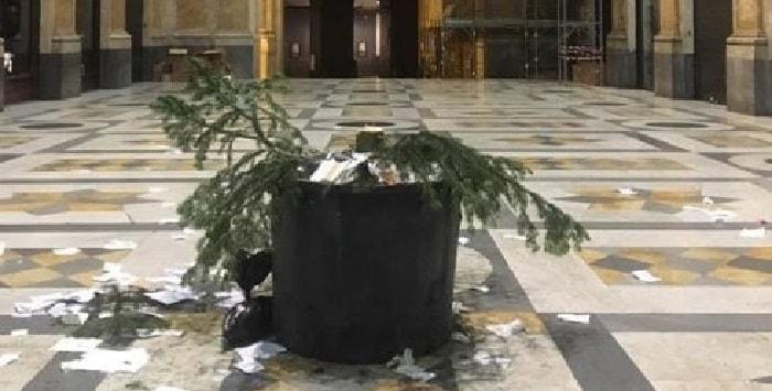 Già rubato l'albero di Natale in Galleria Umberto a Napoli, è durato solo tre giorni