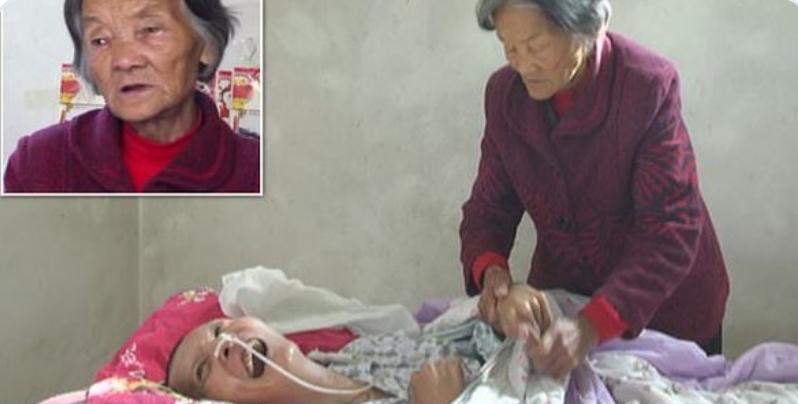 Si sveglia dopo 12 anni di coma. Accanto trova la mamma 70enne che non l'ha mai abbandonato