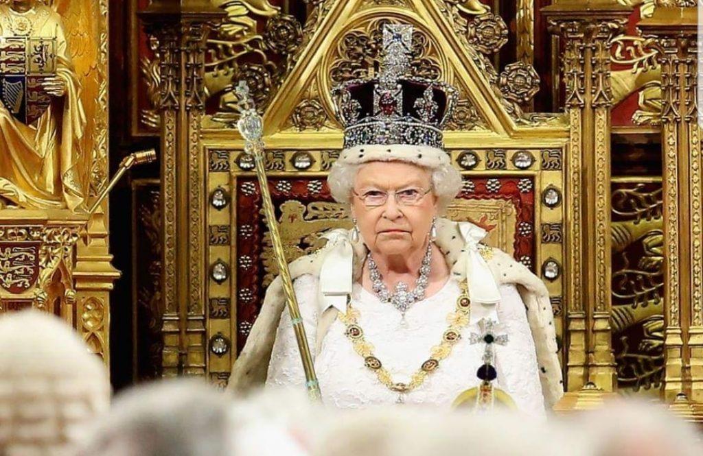 """""""Allora basta!"""": La regina introduce di nuovo la monarchia assoluta"""