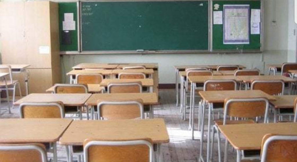 Il figlio prende un brutto voto, il padre irrompe a scuola e interroga gli altri alunni