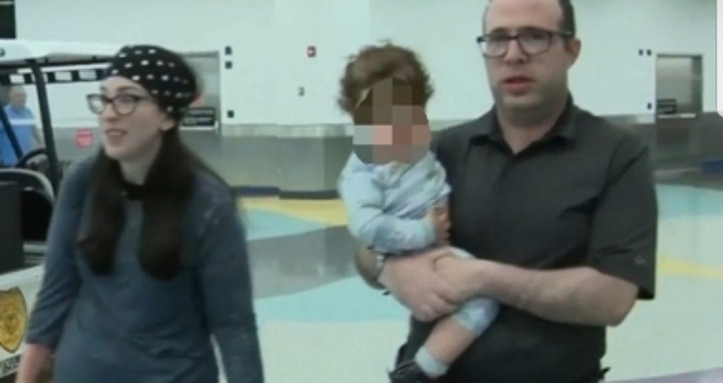Famiglia cacciata dall'aereo, i passeggeri si lamentavano del cattivo odore