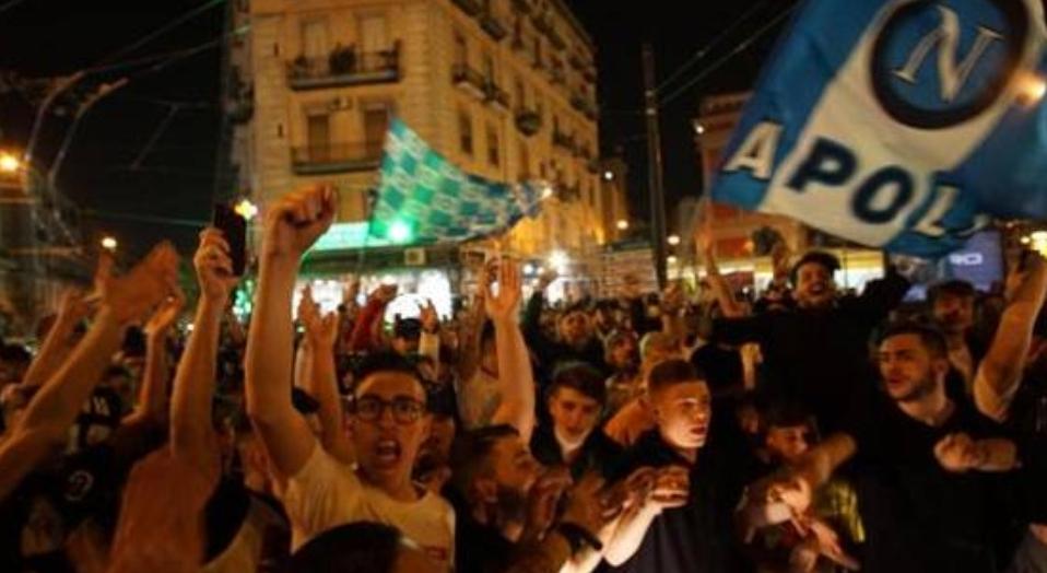 80 mila tifosi napoletani in strada per festeggiare l'uscita dalla coppa Italia della Juventus