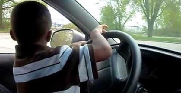 A 8 anni impara a guidare su YouTube e porta la sorella al Mc Donald's