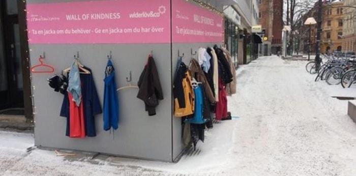 Il muro della gentilezza dove è possibile lasciare un cappotto per i meno fortunati