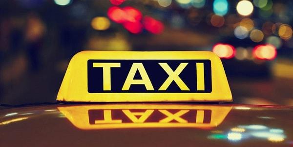 Scappa con l'amante e chiama un taxi ma l'autista è il marito