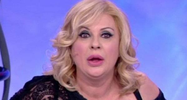 """Duro attacco a Tina Cipollari per il suo stipendio a UeD: """"Cafona"""". Ecco quanto prende"""