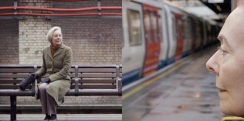 Si siede in metro ogni giorno solo per ascoltare l'annuncio registrato del marito morto nel 2007 – Video
