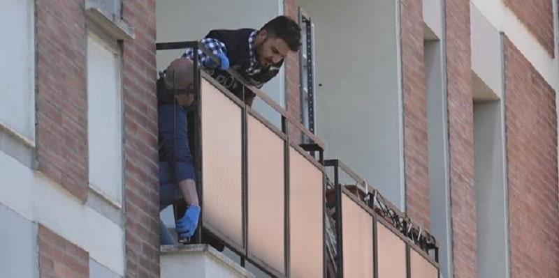Bimbi caduti e morti dal balcone, il mistero si infittisce: i corpi non erano sotto il balcone