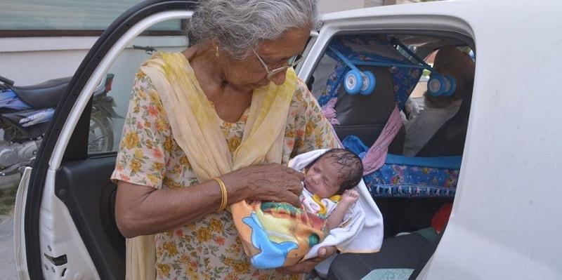 Incinta a 72 anni: la storia della mamma più anziana al mondo