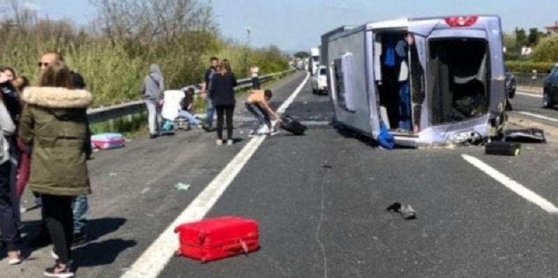 ULTIM'ORA ITALIA: Terribile incidente, si ribalta pulmino in autostrada con studenti a bordo