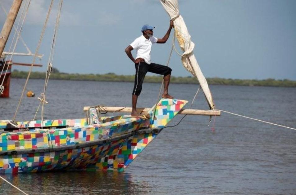 Questa barca è fatta di infradito riciclate e ripulisce il kenya dalla plastica