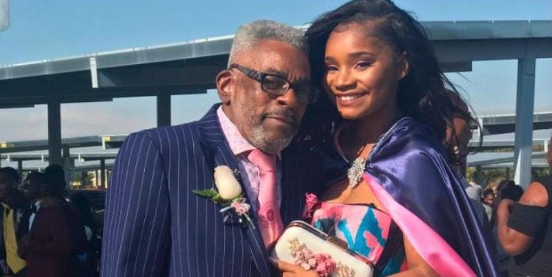 Nessuno la invita al ballo di fine anno, il nonno decide di accompagnarla lui