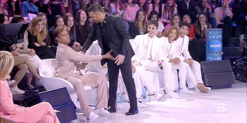 Amici, la situazione sfugge di mano: Ricky Martin palpeggia le parti intime di Amedeo e poi lo bacia