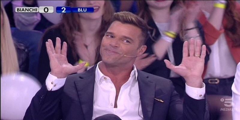 Amici 18, dopo Loredana Bertè anche Ricky Martin costretto a lasciare il talent show per una puntata