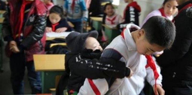 La storia di Zhang: da sei anni porta a scuola il compagno disabile in spalla