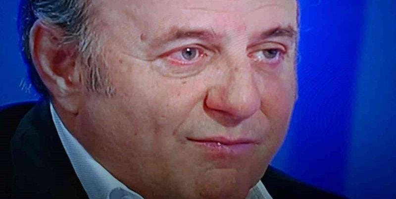 Lotta contro il cancro, Gerry Scotti in ospedale tra i medici: la foto che commuove i fan