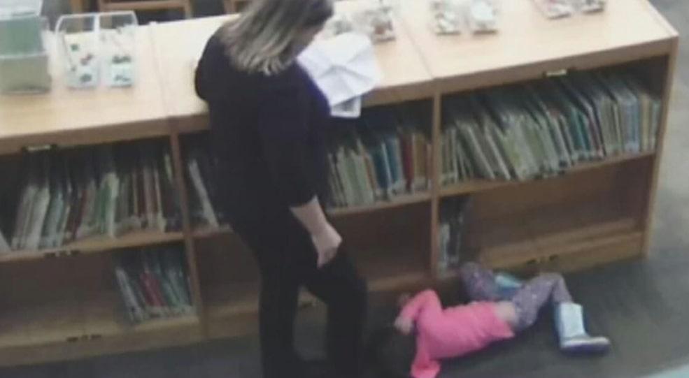 Bimba presa a calci mentre  è stesa a terra dall'insegnante, lei nega di averlo fatto. [Video]