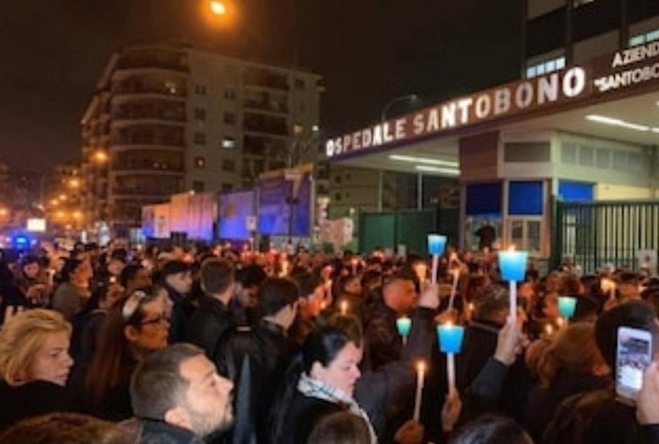 Migliaia di persone pregano per Noemi, ferita in un agguato: rosario fuori all'ospedale