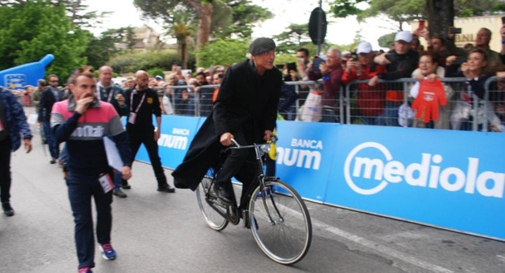 Giro d'Italia, Don Matteo taglia il traguardo. La foto diventa virale