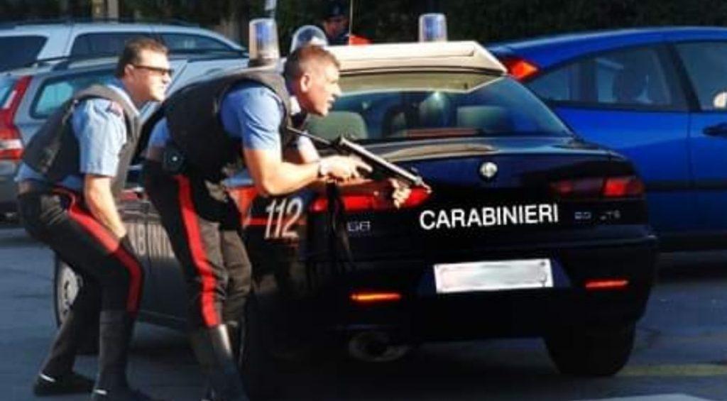 Carabiniere spara per fermare un migrante armato di coltello