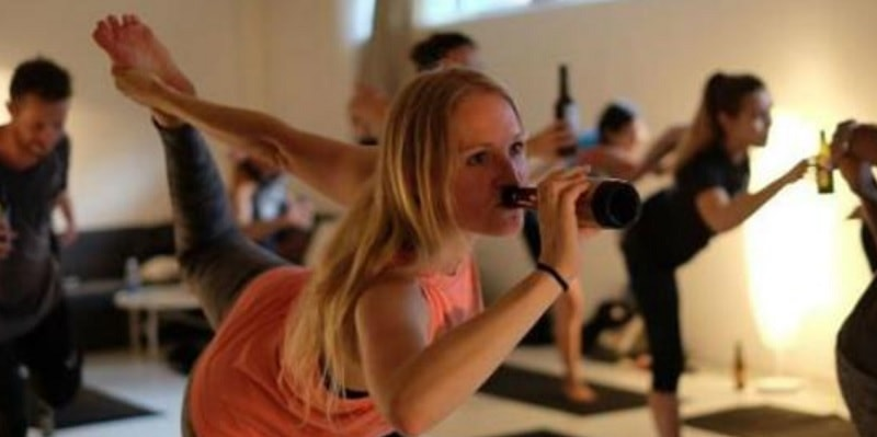 La nuova tendenza è il Bier Yoga, bere birra facendo yoga: ecco tutti i benefici