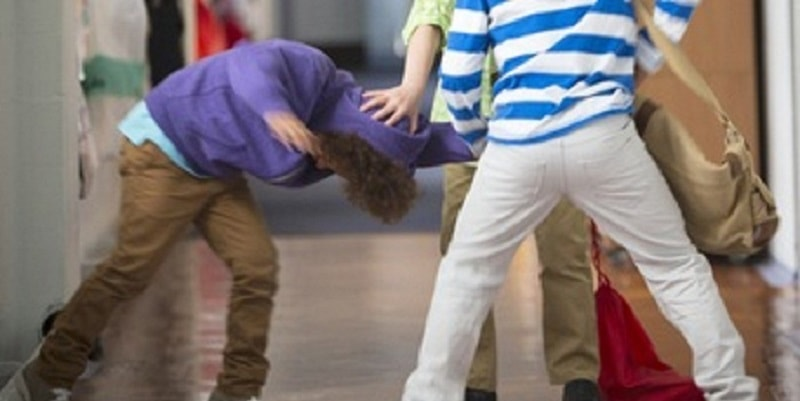 Massacrato di botte dai 'compagni' bulli: 15enne rischia di perdere un occhio