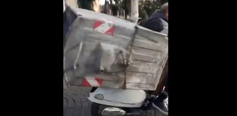 Video, a Napoli rubano cassonetto dell'immondizia e lo caricano sullo scooter