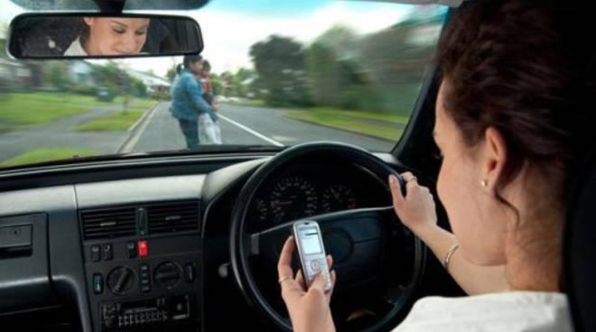 Cellulare alla guida, si potrà tenere? Allo studio nuove regole