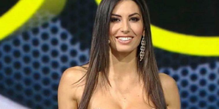 Elisabetta Gregoraci mostra il seno in diretta Tv, fan in visibilio (Foto)