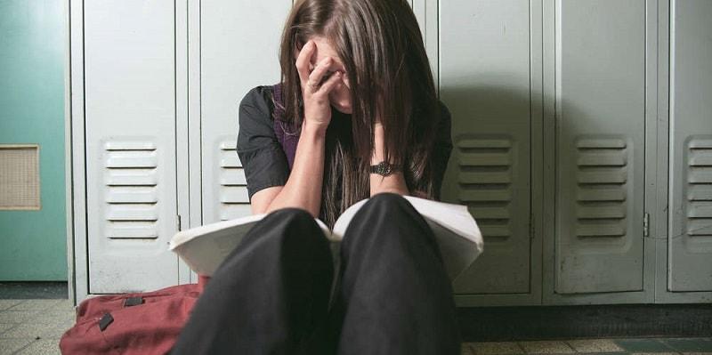 Molestava la figlia a scuola, padre picchia il bidello fino a non farlo più alzare