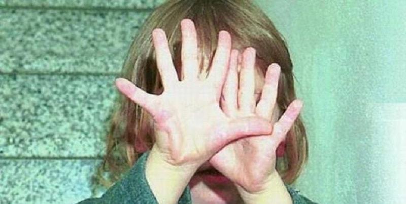 """""""Se mi fai stuprare le bimbe ti sposo"""", la mamma accetta e concede le figlie di 1 e 4 anni al suo fidanzato"""