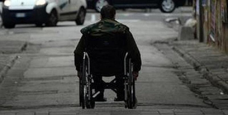 Disabile ubriaco in carrozzina: la polizia lo multa per guida in stato di ebbrezza