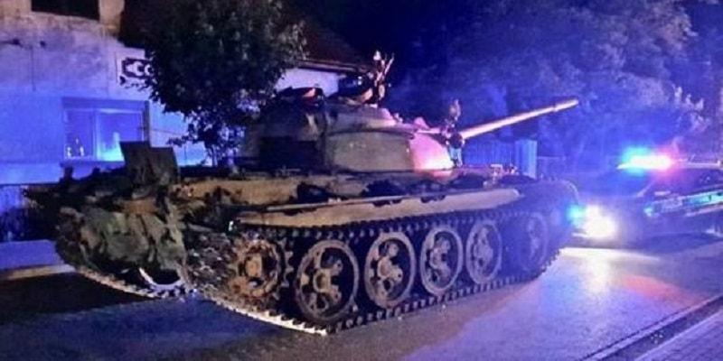 """Ubriaco semina il panico a bordo di un carro armato: """"Vado ad invadere la Polonia"""""""