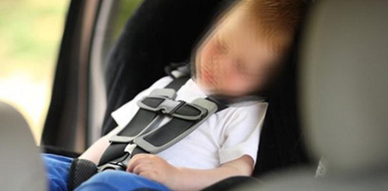 Lascia bimba di 4 anni in macchina sotto il sole e va a lavoro: morta