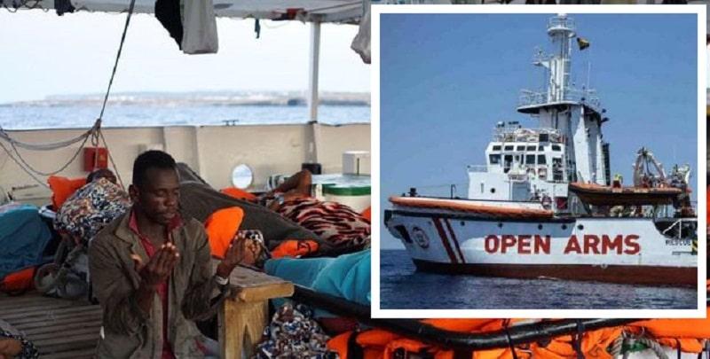Open Arms sbarca a Lampedusa: migranti e volontari cantano 'Bella ciao'