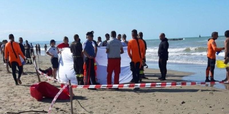 Nuotavano nel mare agitato con il padre: muoiono bimbi di 11 e 14 anni