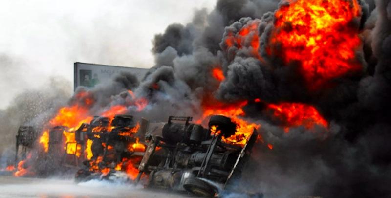 Apocalisse in autostrada, si ribalta cisterna e poi l'esplosione: almeno 45 morti
