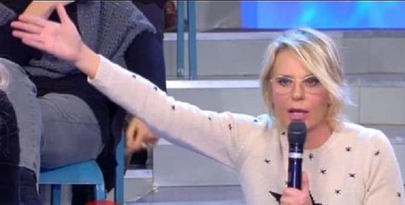 """""""Tu vai con uomini impegnati"""", Maria De Filippi perde le staffe e lascia lo studio"""