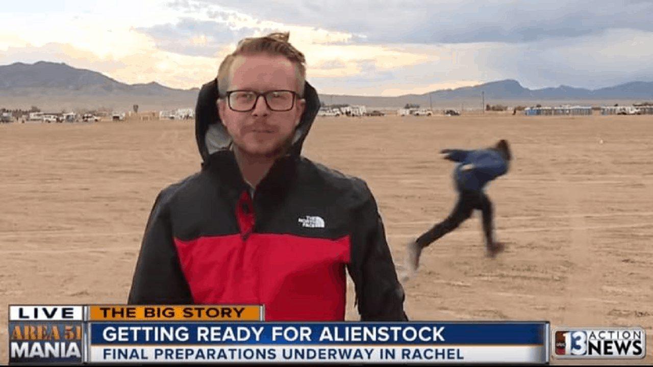 Oggi è il giorno dell'invasione all'Area 51: un ragazzo corre come Naruto dietro il giornalista