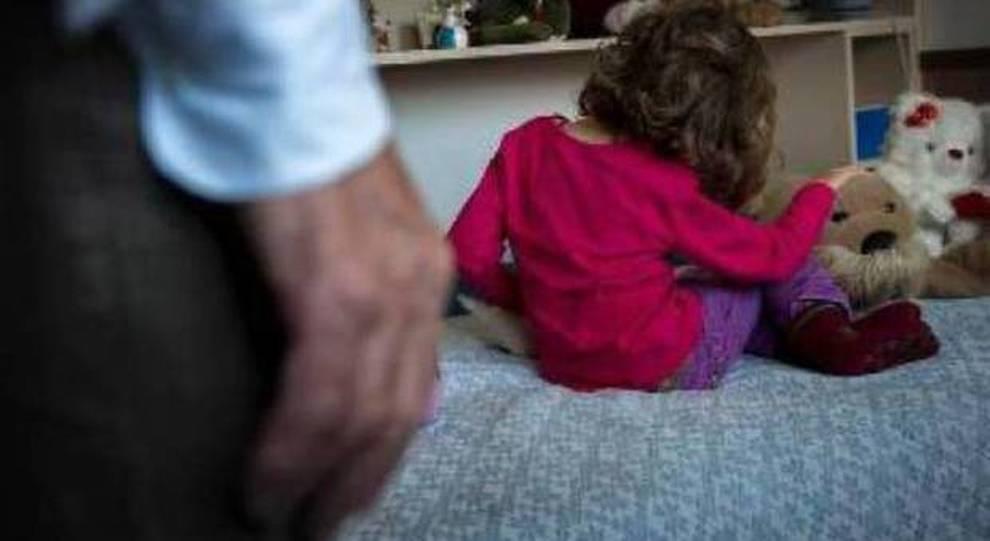 Nonno stupra nipote di 3 anni, il papà lo scopre e lo uccide con un'ascia