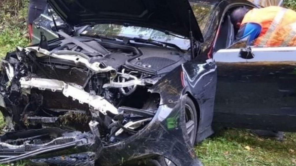 Auto nel dirupo: si schianta in diretta al telefono con la moglie
