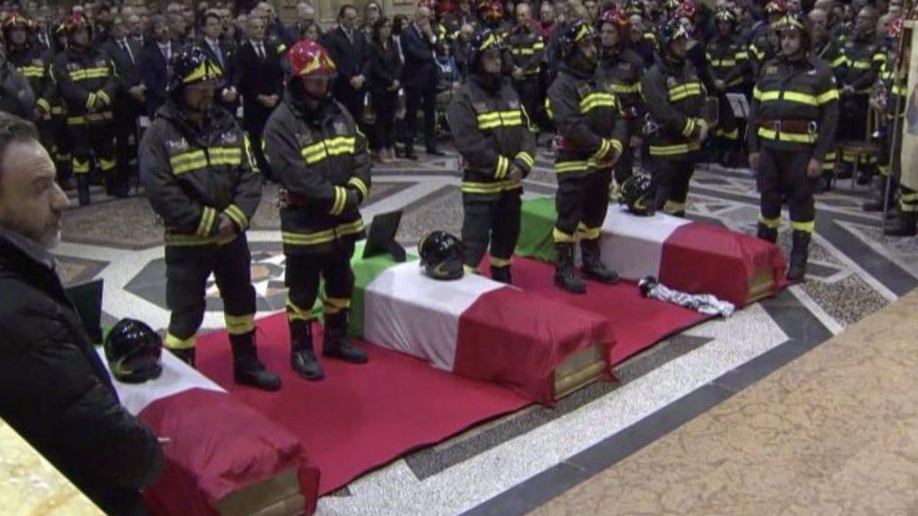 """Funerali dei vigili del fuoco ad Alessandria, l'omelia: """"Non facciamoci contaminare dal male"""""""