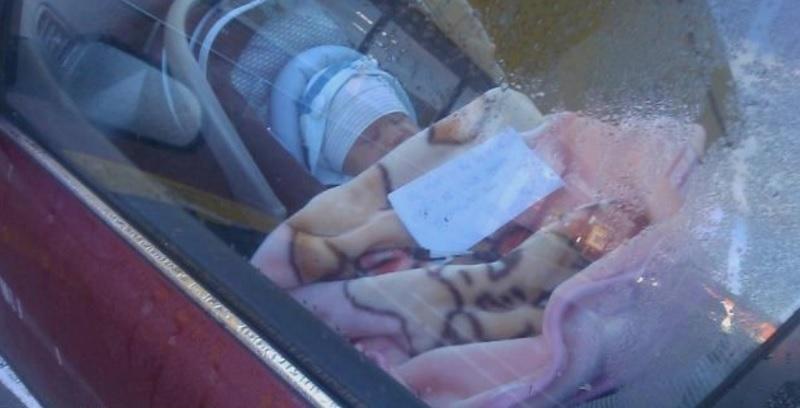 Mamma lascia il figlio appena nato in auto con un biglietto sopra il piccolo