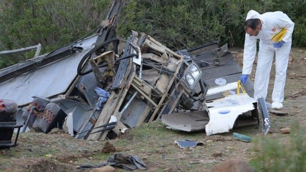 Bus precipita in un dirupo: 26 morti. Erano tutti giovani tra i 20 e 30 anni