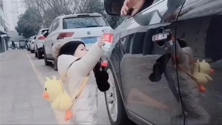 Automobilista incivile getta bottiglia dal finestrino, bimbo di 1 anno gliela restituisce [VIDEO]