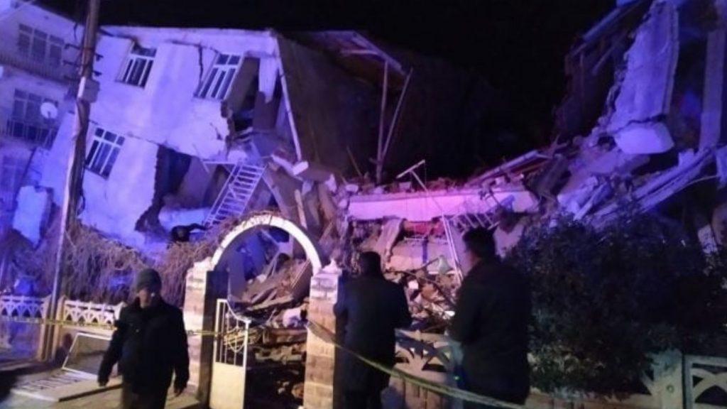 Forte terremoto, scossa di magnitudo 6.8: almeno 14 morti