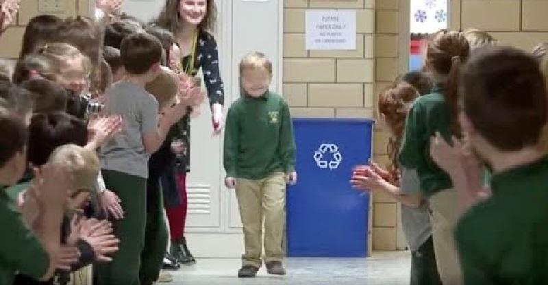 Vince la battaglia contro il cancro a 6 anni: la sorpresa dei compagni quando torna a scuola (Video)