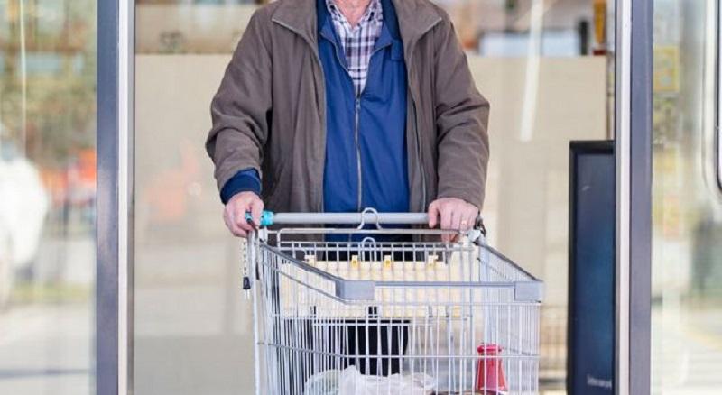 Anziano finge di avere il coronavirus e scappa con la spesa