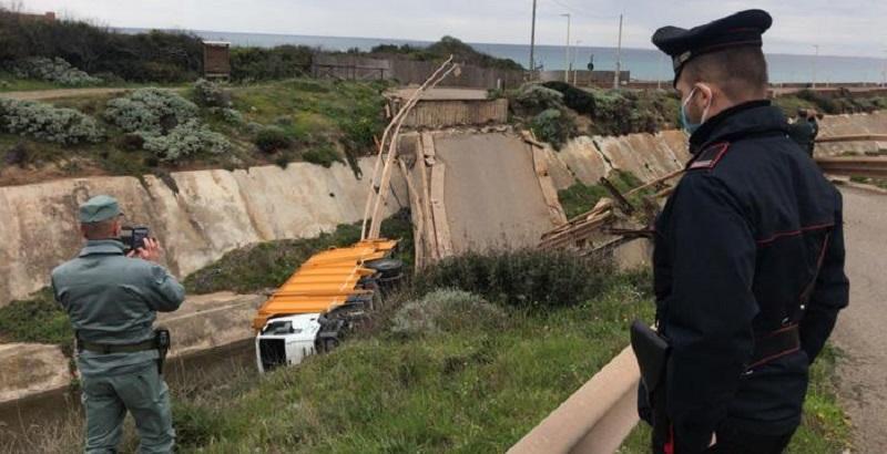 Italia, crollo improvviso del ponte: camion precipita nel vuoto