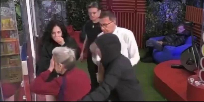 GF Vip, Antonella Elia sbatte la testa e viene portata via d